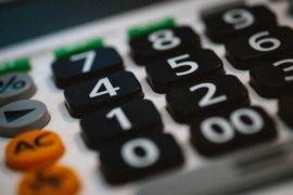 Při insolvenci (oddlužení) vám z platu (nebo i jiného příjmu) zůstává stejné množství peněz, jako při exekuci z důvodu přednostní pohledávky. Máte tak nárok na nezabavitelné minimum a jednu třetinu ze zbytku mzdy. Nezabavitelná částka se v roce 2021 zvyšuje. Od 1.1.2021 je základní nezabavitelné minimum 7873 Kč.